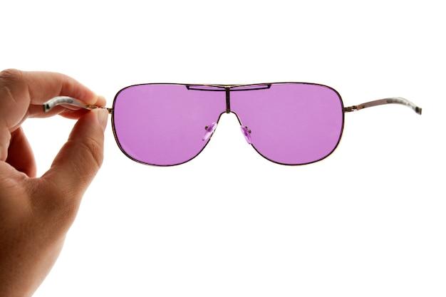 Main tenant des lunettes de soleil roses
