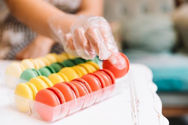 Main tenant un macaron coloré