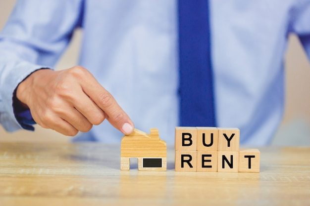 Main tenant la maison avec achat ou location, concept immobilier.