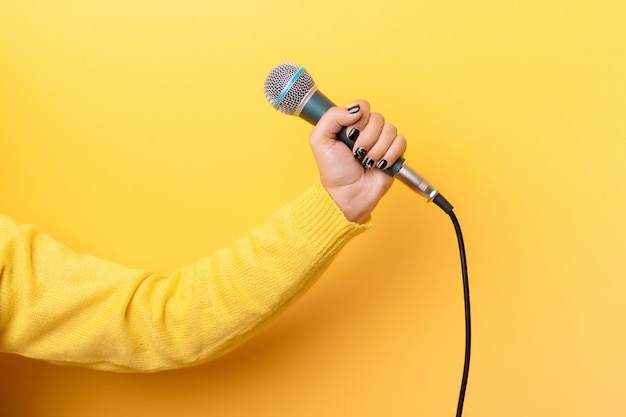 Main tenant le microphone