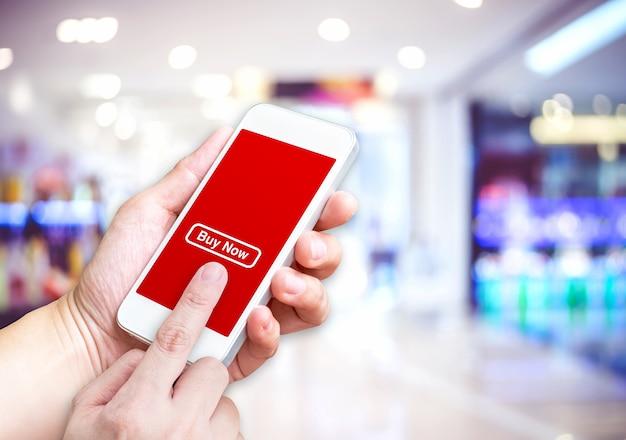 Main tenant mobile avec bouton de commande et écran vide