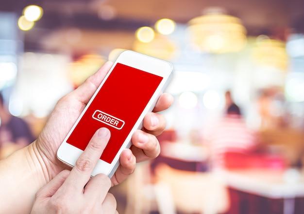 Main tenant mobile avec bouton de commande et écran