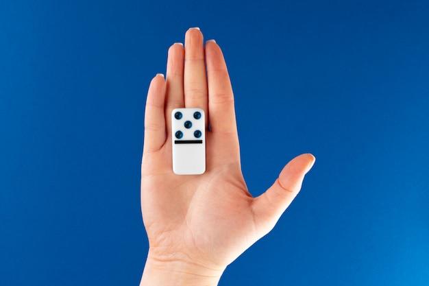 Main tenant le morceau de domino