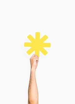 Main tenant une pancarte astérisque