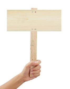 Main tenant une pancarte en bois isolée on white