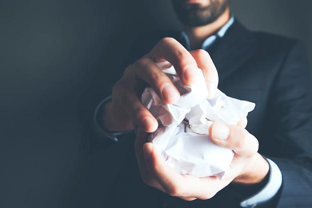 Main tenant le papier froissé