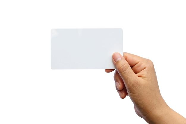 Main tenant le papier isolé sur blanc avec le chemin de détourage.