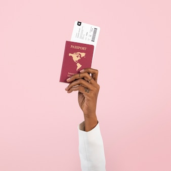 Main tenant le passeport nouveau voyage normal