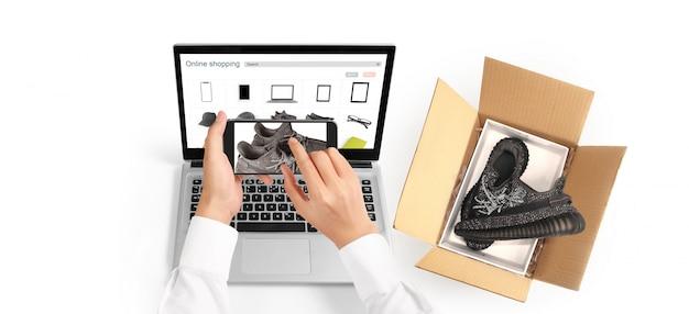 Main tenant le périphérique smartphone et écran tactile, propriétaire de l'entreprise travaillant. entrepreneur pme achats en ligne