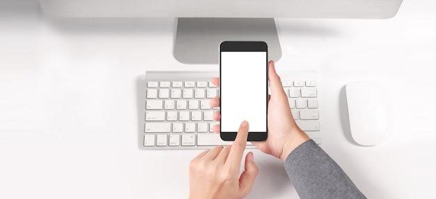 Main tenant le périphérique smartphone et écran tactile