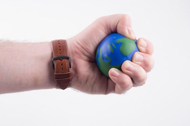 Main tenant un petit globe