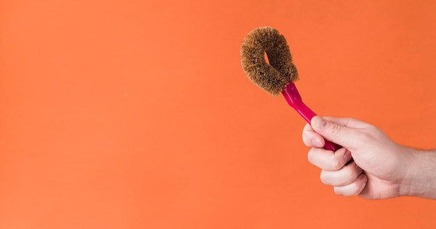 Main tenant le produit de nettoyage
