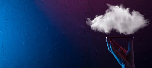 Main tenant le réseau informatique en nuage d'icônes et les informations de données de connexion d'icônes en main. concept de cloud computing et de technologie.