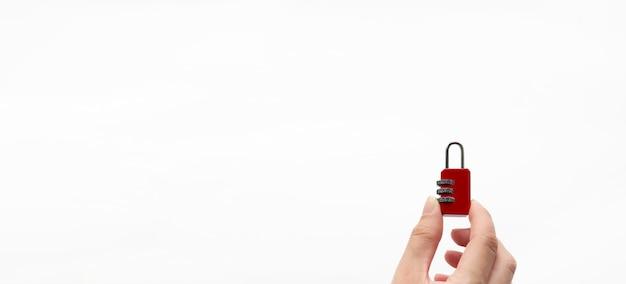 Main tenant une serrure en métal rouge sur fond blanc mot de passe concept. concept de sécurité.