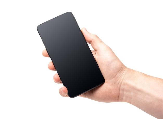 Main tenant un smartphone noir avec écran blanc isolé sur une surface blanche