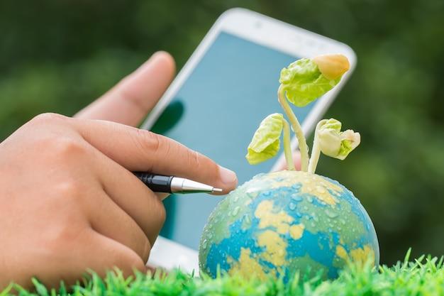 Main tenant un smartphone pour étudier