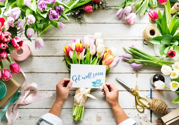 Main tenant spectacle get well soon carte avec fond de fleurs