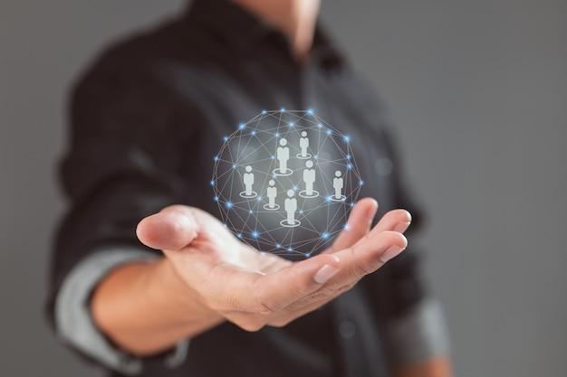 Main tenant une sphère numérique les concepts de gestion et de ressources humaines