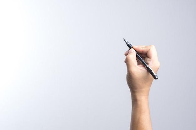 Main tenant un stylo pour signer ou écrire