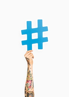 Main tenant le symbole hashtag