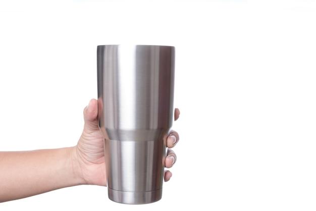 Main tenant une tasse thermos en acier inoxydable pour maintenir la température comme de la glace avec de l'eau chaude