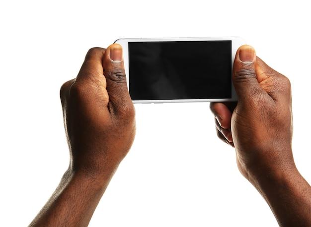 Main tenant un téléphone intelligent mobile avec écran blanc, isolé sur blanc
