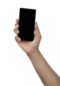 Main tenant un téléphone noir isolé sur blanc