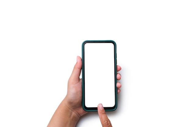 Main tenant un téléphone portable avec un écran blanc vierge isolé sur fond blanc