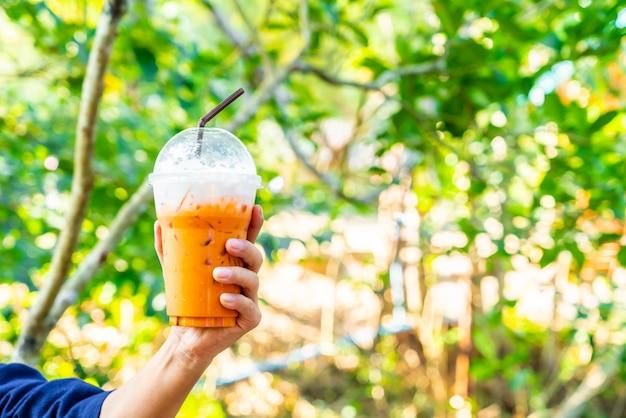 Main tenant le thé au lait thaï glacé