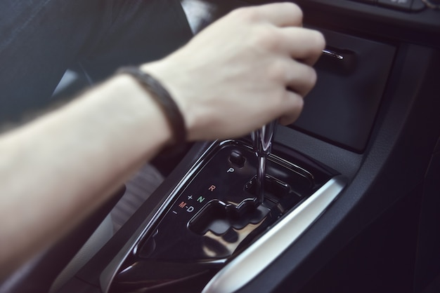 Main tenant la transmission automatique dans sa voiture