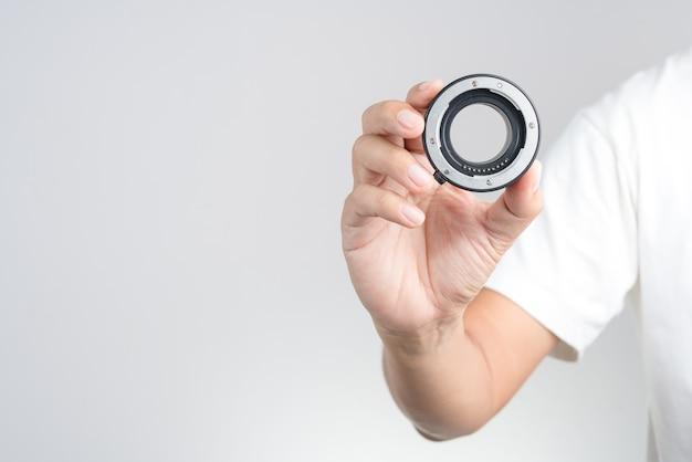 Main tenant un tube rallonge macro, bague d'adaptation d'objectif avec fonction de mise au point automatique