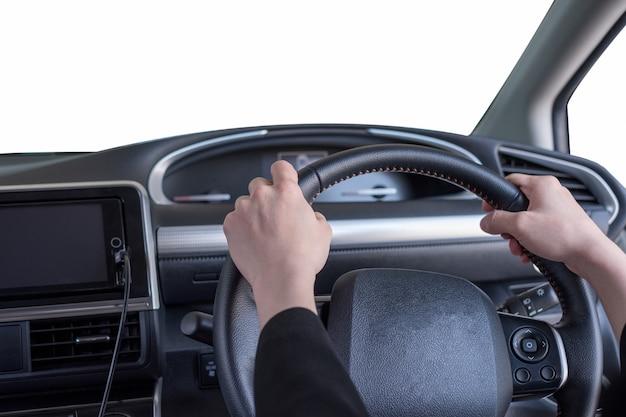 Main tenant le volant dans une voiture privée moderne avec pare-brise blanc vierge
