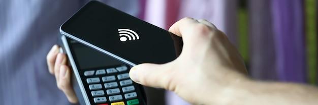 Main tend le terminal pour le concept de paiement par carte de crédit