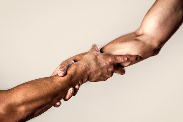 Main tendue, bras isolé, salut. gros plan sur la main d'aide. sauvetage, geste d'aide ou mains. concept de coup de main, soutien.