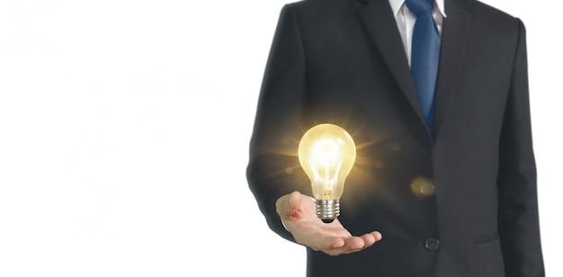 Main de tenir l'ampoule lumineuse, concept d'inspiration innovation