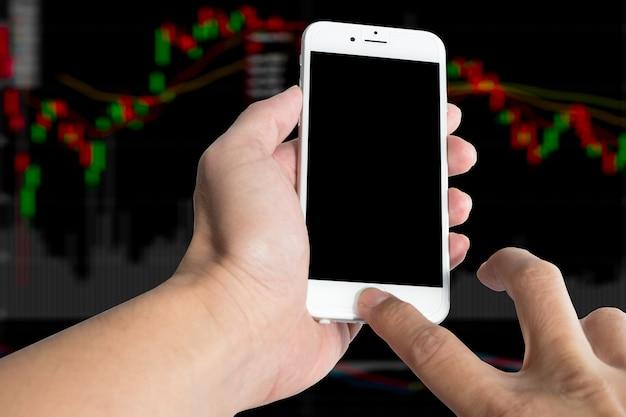 Main tenir et écran tactile téléphone intelligent, tablette, téléphone portable isolé sur fond blanc.