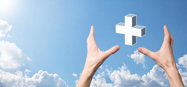 Main tenir l'icône 3d plus, l'homme tenant dans la main offre des choses positives telles que le profit, les avantages, le développement, la rse représentée par le signe plus. la main montre le signe plus