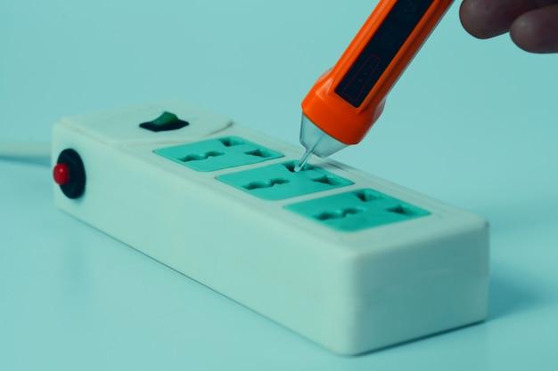 Main tenir le stylo d'alerte de volt de gamme de sensibilité pour l'électricité de protection.