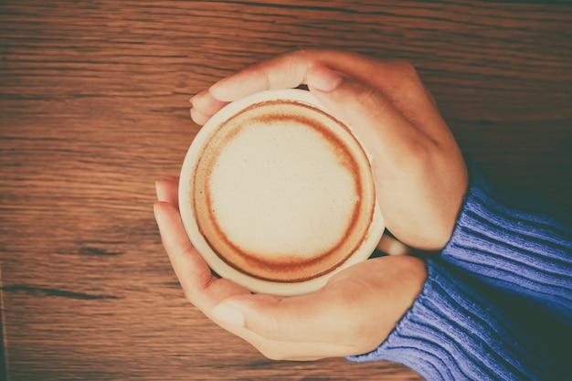 Main tenir tasse de café