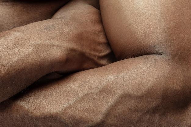 Main. texture détaillée de la peau humaine. gros coup de jeune corps masculin afro-américain. concept de soins de la peau, soins du corps, soins de santé, hygiène et médecine. il a l'air beau et bien entretenu. dermatologie.