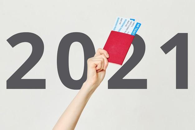 Main tient des billets d'avion avec passeport avec fond 2021.