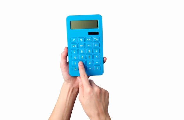 Main tient la calculatrice bleue isolée sur un blanc.