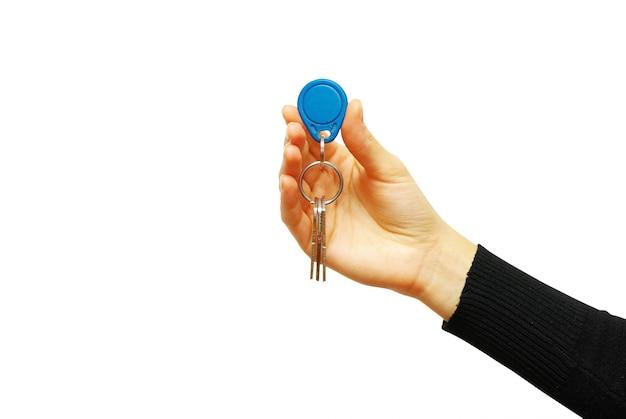 La main tient une clé isolée sur blanc