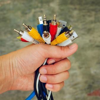 Main tient des têtes de chargeur universelles colorées. image tonique.