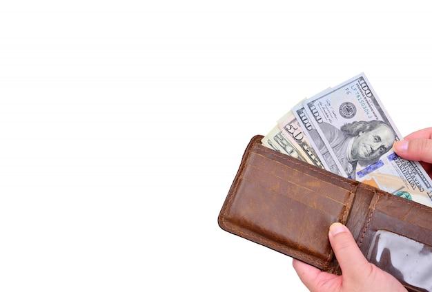 La main a tiré le dollar du portefeuille en cuir isolé