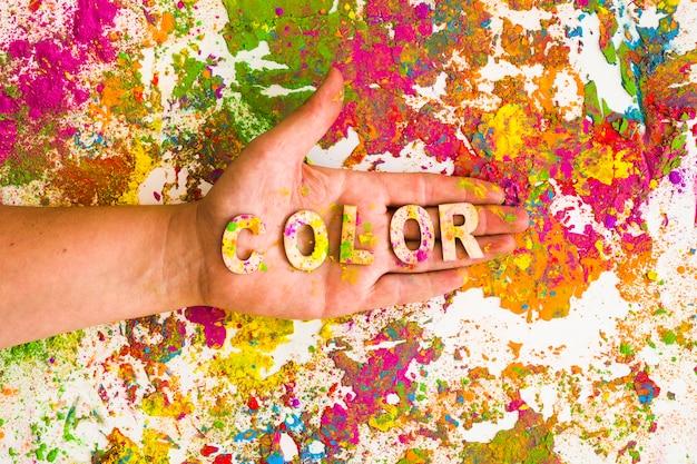 Main avec titre de couleur sur les couleurs vives et sèches