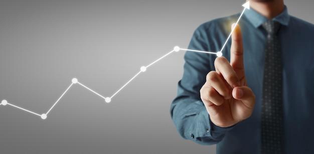 Main touchant un graphique d'indicateur financier et tableau d'analyse de l'économie de marché comptable