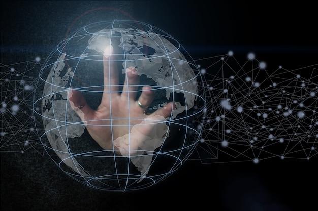 Main touchant le réseau mondial et les échanges de données dans le monde, réseau internet pour des données rapides