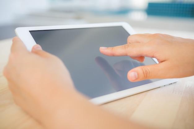 Main touchant une tablette