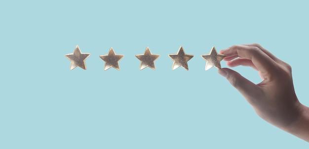 Main de toucher augmenter sur l'augmentation de cinq étoiles augmenter l'évaluation des notes et le concept de classification